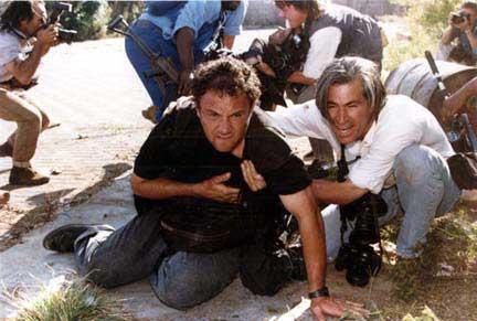 En primer pano Greg Marinovich herido es ayudado por James Natchwey. Detrás Joao Silva fotografía a Ken Oosterbroek gravemente herido. 18 de abril de 1994.