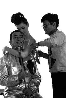 Richard Avedon, Salvador Dalí y una modelo durante una sesión de fotografía de joyas.
