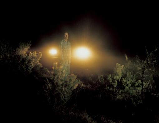 Charles Irvin Fain en la escena del crimen, The Snake River, Melba, Idaho. 2002.                           Cumplió 18 años de una pena de muerte por secuestro, violación y asesinato.