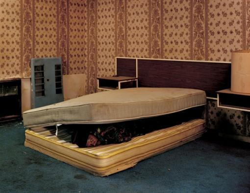 Larry Mayes en la escena del arresto, The Royal Inn, Gary, Indiana. 2002.La policía encontró a Mayes escondido debajo del colchón en esta habitación. Cumplió 18 años y medio de una condena de 80 por violación, robo y mala conducta.