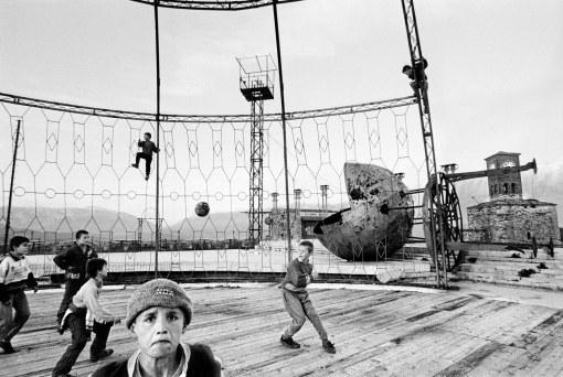 El reloj de la torre se había parado. El escenario, solo parcialmente desmantelado, esperaba en un estado de animación suspendida. Finalmente llegaron algunos niños, jugaron a sus juegos, trparon entre las vigas metálicas, parlotearon y cantaron. El escenario, durante un breve instante, volvió a estar vivo.